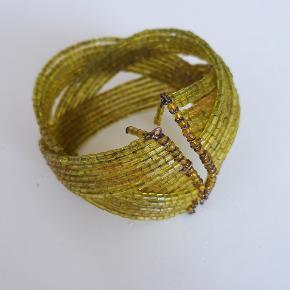 Grønt armbånd med perler fra Indien.