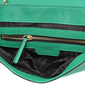 Tasken er grøn, se farve på tasken jf. billede nr.2. 100% lammeskind. Dustbag medfølger. Kom med et bud :)