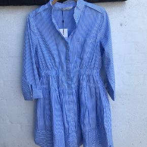 så fin helt ny kjole.  Bryst knappet 49 cm Fra skulder og ned 90 cm