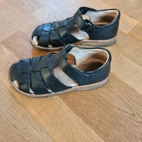 - Sort sandal fra angulus. - God men brugt. ( I fin stand. ) - De er plejet inden salg. - Mp. 150 kr. - Befinder sig i Brønderslev.