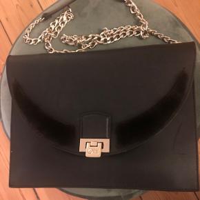 Smuk sort lædertaske fra Copenhagen fur, med god plads til pung, tlf osv. Minkpels på fronten. Nypris 4500kr. I flot stand. Har en lille ridse foran som kan ses på billederne ellers fejler den absolut intet, sælger kun til den fastsatte pris, ellers beholder jeg selv.