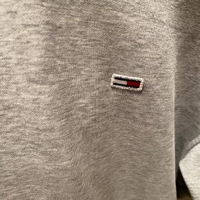Tommy Jeans grå hoodie  Str xs  God hoodie ingen huller, eller noget pletter som man kan se   Der mangler snørrebånd i toppen  Prisen er til forhandling