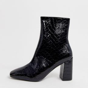 Super fede støvler fra RAID, købt på Asos, med blokhæl og croc mønster på læderet. De er kun brugt et par gange, og fremstår derfor næsten som ny uden mærker eller lign. 🌟 Passer både 38 og 39, da det er wide fit