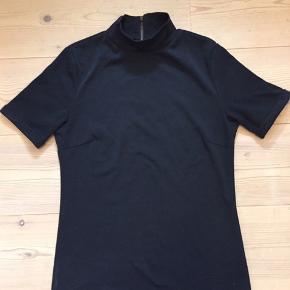 Elegant, sort t-shirt/top i viskose/spandex/polyester. Fin krave og ærme med lille opsmøg. Nypris 399,- - sælges billigt, så smid et bud 😊