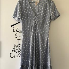 Flot kjole fra H&M aldrig brugt. Str. 36 15 kr.  + fragt 37 kr. hvis den skal sendes 🌸