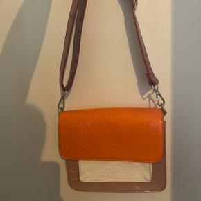 HASTER Super flot taske fra Hvisk sælges udelukkende fordi den ikke bliver brugt. Kom endelig med bud. Sælger gerne med MobilePay, og sender med DAO