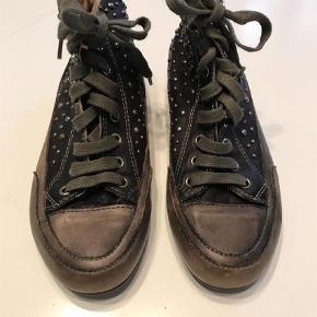 Varetype: Ankelstøvler Størrelse: 36/37 Farve: Black Oprindelig købspris: 1200 kr.  Kun brugt få gange. Stor str 36 svarende til str 37. Jeg er en normal str 37 og passer dem perfekt. Rå med nitter og yderst velholdte.