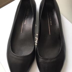 Helt nye aldrig brugt Ecco ballarinaer . Perfekt til kontor brug. Sælges kun idet købt i forkert str . Ny pris er 899,- Ægte læder og behagelig gummi sål.