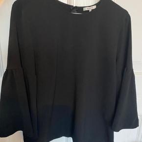 Sælger denne Ganni bluse i en str 38. Brugt få gange, så fremstår som ny. Np 1000,- kom med et realistisk bud!
