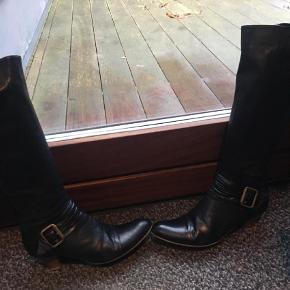 Varetype: Støvler Farve: Sort Oprindelig købspris: 1699 kr.  I den bedre ende af brugt