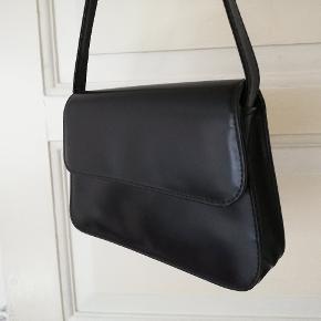 Super fed vintage struktureret taske i sort. Passer lige under armen