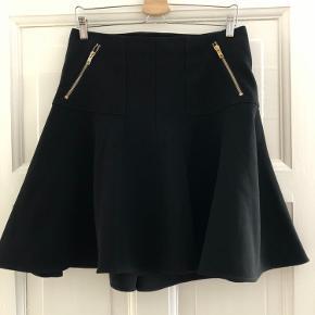 Nederdel over knæene (jeg er 178) i polyester med fine detaljee