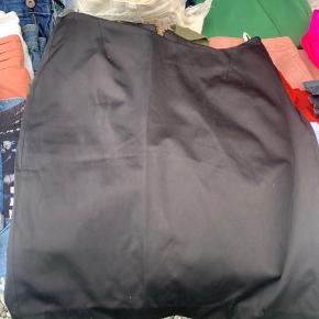 Rigtig fin Day nederdel med lynlås bagpå