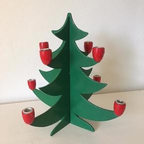 Flot juletræ lavet af træ 🎄❤️ der er stager til 8 juletræslys ✨ 27 cm høj og sælges for 100 kr.