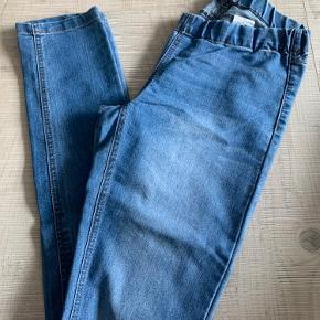 Fine jeans fra Vero Moda. Bemærk at de er i størrelse S/M. Elastik i taljen