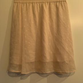 Rigtig flot sæt fra hosbjerg. Det er bluse og nederdel sat sammen til et sæt. Str. Small