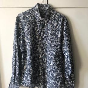 Lækker sommerskjorte - Henholdsvis tynd i stoffet.  100% Cotton og stryge-let.