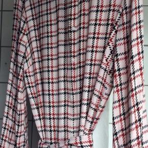 Sød kjole med løst bindebånd - kan også bruges åbentstående som cardigan. Brugt en enkelt gang. Helt som ny.