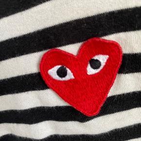 Jeg sælger min fine comme des garcons PLAY stribede trøje i medium, men passes sagtens af en small. Den er brugt nogle gange, men er i super fin stand!🌸 Den er købt i Mads Nørregaard på Strøget til 959,-  BYD endelig💛