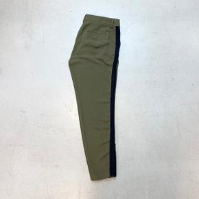 Størrelse og materiale fremgår ikke. Højst sandsynligt en str. S. De måler 79 cm i taljen, 104 cm over numsen og 71 cm i skridtlængde.