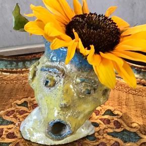 Dette keramikhoved af Mette Munch har sin helt egen originale udtryk. Han er lidt skæv og ekspressivt udført i både form og glasur. Helt efter lyst kan det pyntes med blomster og lignende eller bare stå som den er. Den er 13 cm i højden #keramikhoved #pottehoved #danishdesign . www.mettemunch-galleri.dk kan du se min billedkunst m.m