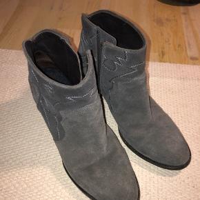 Super flotte støvler fra Zadig & Voltaire Næsten ikke brugte så i virkelig flot stand Perfekt til efteråret Np har været cirka 2500