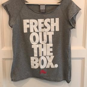 Fin t-shirt fra Nike.  Lidt lille i størrelsen.  Rigtig fin stand.   Kan sendes på købers regning.  Ingen bytte.