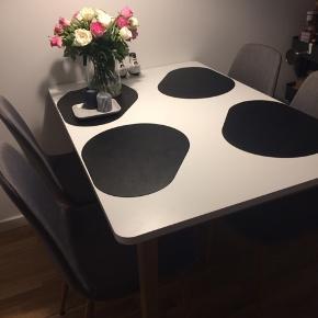 Spisebord, Melamin, JYSK, B: 80 l: 120 Smukt bord i nordisk stil fra JYSK - i super god stand (stolene medfølger!) 😊  Model: GAMMELGAB  Kan hentes nær Godsbanen 💫
