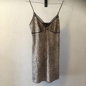 Smuk leopard natkjole fra H&M i str. s.  Brugt få gange.  35kr, eller kom endelig med et bud😊 Aarhus