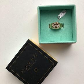 """Sælger denne smukke ring fra Carré, da jeg ikke får gået med guldsmykker mere. Den er i super flot stand, men der er selvfølgelig brugstegn på """"undersiden"""" af ringen.   Der står ikke størrelse i ringen, men jeg vil (sammenlignet med mine andre ringe) mene af det er en størrelse #53.  Nyprisen var 790 kr."""