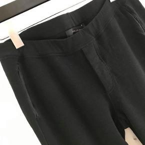 Graumann bukser uld/viscose. Lommer i siden. 1 lomme bagpå. Skjulte knapper foran. Lynlås forneden. elastik i taljen.
