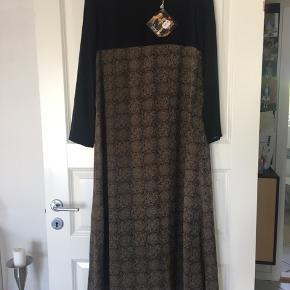 Lang kjole. Med lynlås bagpå. Aldrig brugt.