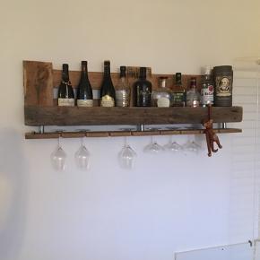 Vinreol af europalle. Hylden i bunden er sat sammen med tre stykker vandrør og giver 8 pladser til glas.