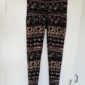 Mørkeblå/lys fersken mønstrede yoga tights/leggings fra Teeki, med højt taljestykke. Aldrig brugt.  Fra dyre- og røgfrit hjem.