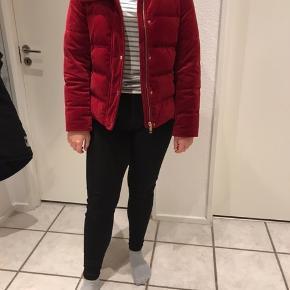 Vinter dun jakke, rigtig pæn, ingen huller, ingen pletter. Ny pris 2100 kr. byd