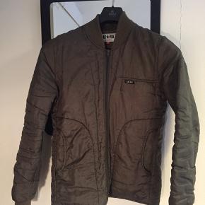 Denne jakke fejler intet. Der er ingen huller eller slid tegn. Men den er brugt og vasket et par gange.  Mp: 200kr  Bin 350kr  Str: S (fitter 175-180)  Cond: 8/10