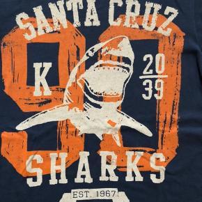 Super lækker T-Shirt fra Blue Zoo, købt i Magasin.  God kvalitet T-Shirt med lækker kontrastfarve👌🏻   Se også mine andre annoncer. Måske er der mere der frister 🎁 Har meget drengetøj i denne størrelse 👍🏻