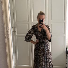 Info: boii studios leopard kjole med bindebånd og knapper Pris: 400 Nypris: 550 Mærke: boii studio Stand: perfekt, brugt en enkelt gang Størrelse: small Andet: fåes ikke længere i butikkerne, model hed vidst camilla Fragt: Jeg foretrækker at sende med tracking (evt. Dao for kun 33 kr.) men kan også møde ved Nørreport.  OBS: Varen kommer fra et røgfrit hjem. Hvis du gerne vil se den først, skal du være velkommen til at mødes i indre by/Nørreport, København. Jeg tager ikke flere billeder end dem på annoncen, og jeg forbeholder mig retten til ikke at besvare kommentarer ang. overstående allerede besvarede spørgsmål. (Eksempelvis kan det ske, at jeg ikke svarer hvis der bliver spurgt om bytte og at jeg allerede har skrevet tydeligt, at jeg altså ikke bytter. Det tager tid at besvare, men kun et sekund at læse sig frem til. Derimod må du/i selvfølgelig altid spørge!)