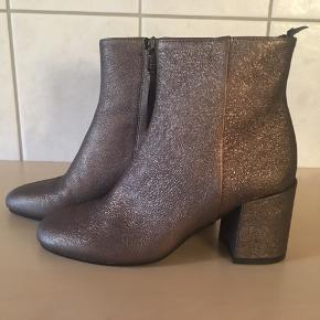 Smukke støvler fra Apair, kun prøvet på indendøre.  Skindbeklædt kraftig hæl på 7,5 cm