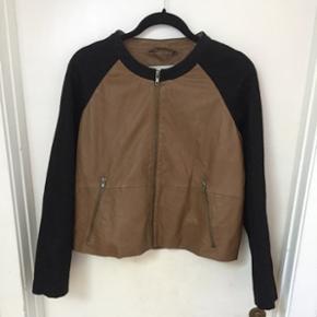 Sample fra Bzr med læder i brunt og sorte uld ærmer.  Perfekt som en aften jakke om sommeren   Byd