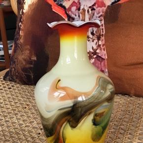 En meget smuk farvet glasvase med et helt poetisk og malerisk udtryk. Den er 16 cm høj.