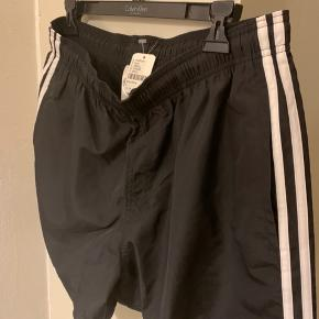 Sorte sports / swim shorts i str. L Bredde ved nederste ben kant 35 cm og elastik og bånd i taljekant.