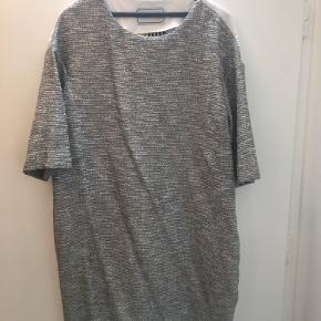 Flot kjole fra Malene Birger med 3/4 ærmer.  Brugt men fejler intet.