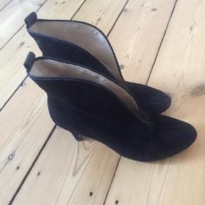 Varetype: Heels Farve: Sort Oprindelig købspris: 1600 kr.  De er i sort suede. De har desværre et lille hak i hælen og et mærke på den ene snude. se billeder