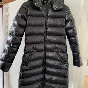 Super flot Moncler jakke str 140 kun brugt få gange da den er blevet for lille. Nypris 4600kr Købt i Illum Kbh
