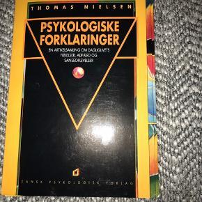 Psykologiske fortolkninger bog til salg, af Dansk Psykologisk Forlag. Helt enormt spændene, hvis man ønsker at bevæge sig i små som store emner indenfor psykologiverdenen. Jeg har været så heldig at få fat i 2, og sælger derfor den ene. De er HELT udsolgt overalt jeg har ledt, og bliver først mulige at fremskaffe i 2022 de steder jeg har haft kontakt med. Bogen er derfor ekstraordinært fundet i en genbrug, men har ingen brugsmærker.