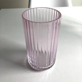Vase fra lyngby porcelæn 🌸  Foretrækker afhentning i Aalborg (eller Hjørring), fremfor forsendelse