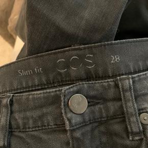 """Løse """"mom-jeans"""" fra COS  Str. 28 Brugt en del, men fejler ikke noget som sådan. Bærer præg af vask, men det giver samtidigt et ret fed forvasket look. Sælges da de desværre er blevet for store til mig😊"""