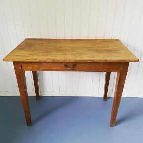 Massivt egetræsskrivebord. Super flot gammelt skrivebord. B 103,5 H 79,5 D 59