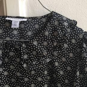 SMUK skjorte med de fineste detaljer. Silkelignende 🤠😻